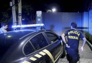 Polícia Federal chega a casa do empresário Eike Batista, mas não o encontrou Foto: Gabriel de Paiva / Agência O Globo