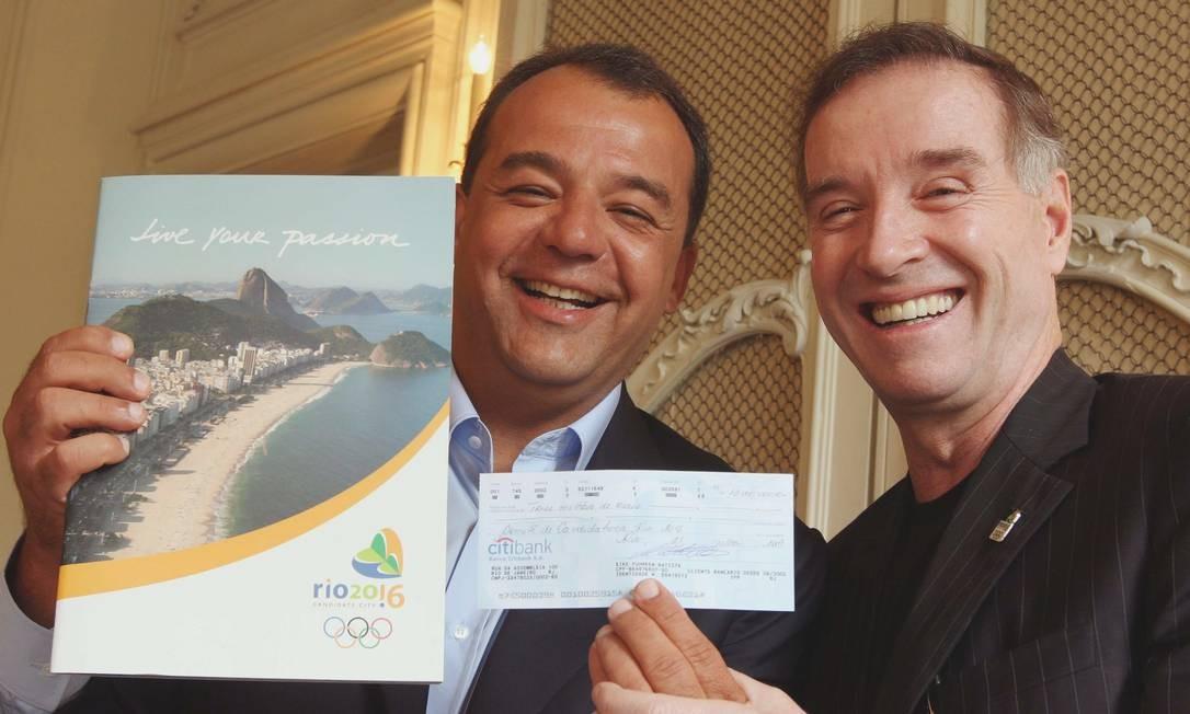 Em 2009 Sergio Cabral recebe de Eike Batista cheque de R$ 13 milhões que doou ao Comitê de Candidatura Rio 2016 Foto: Divulgação / Local