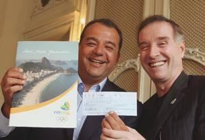 Em 2009 Sergio Cabral recebe de Eike Batista cheque de 13 milhões de reais que doou ao Comitê de Candidatura Rio 2016 Foto: Divulgacao-
