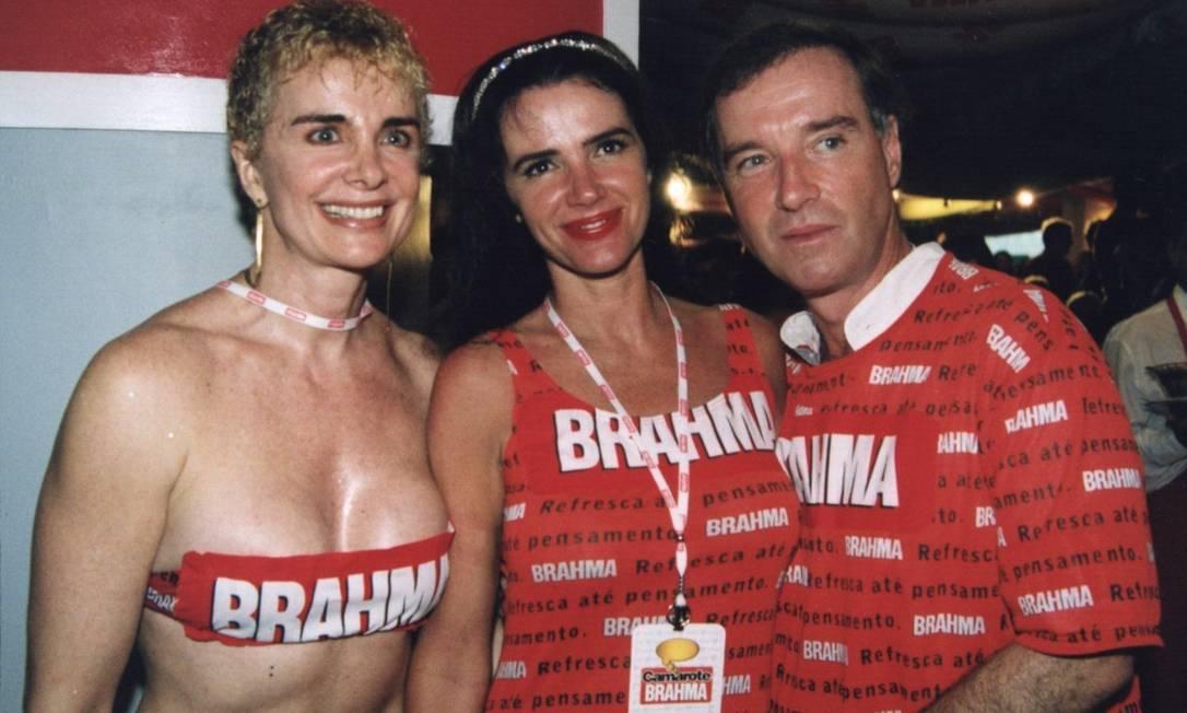 Em 2001, Eike freguenta o Camarote da Brahma com Luma de Oliveira (c) e sua irmã Isis (esq) Foto: Murillo Tinoco / Divulgação