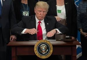 Trump assinou, nesta quarta-feira, ordem executiva para a construção de um muro na fronteira com o México Foto: NICHOLAS KAMM / AFP