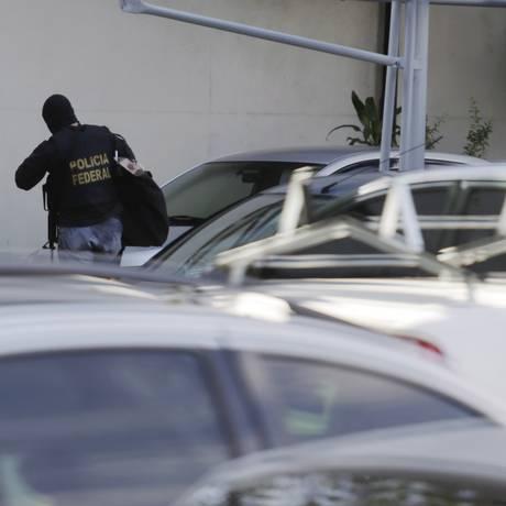 Policiais federais envolvidos na Operação Eficiência chegam com documentos à sede da PF. Foto: Gabriel de Paiva / Agência O Globo