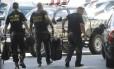 Agentes chegam à sede da PF no Rio com material apreendido ba Operação Eficiência