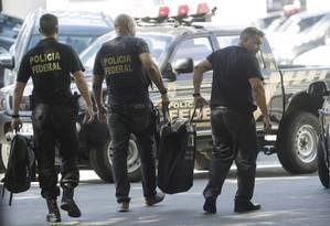 Agentes chegam à sede da PF no Rio com material apreendido ba Operação Eficiência Foto: Gabriel de Paiva / Agência O Globo