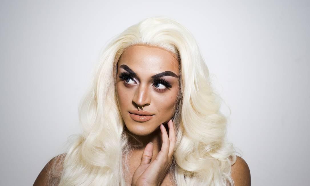 Após duas horas de maquiagem, Pabllo Vittar vira a gigante dos palcos: show no Rio é em 4 de março, no Galpão Gamboa Foto: Monica Imbuzeiro