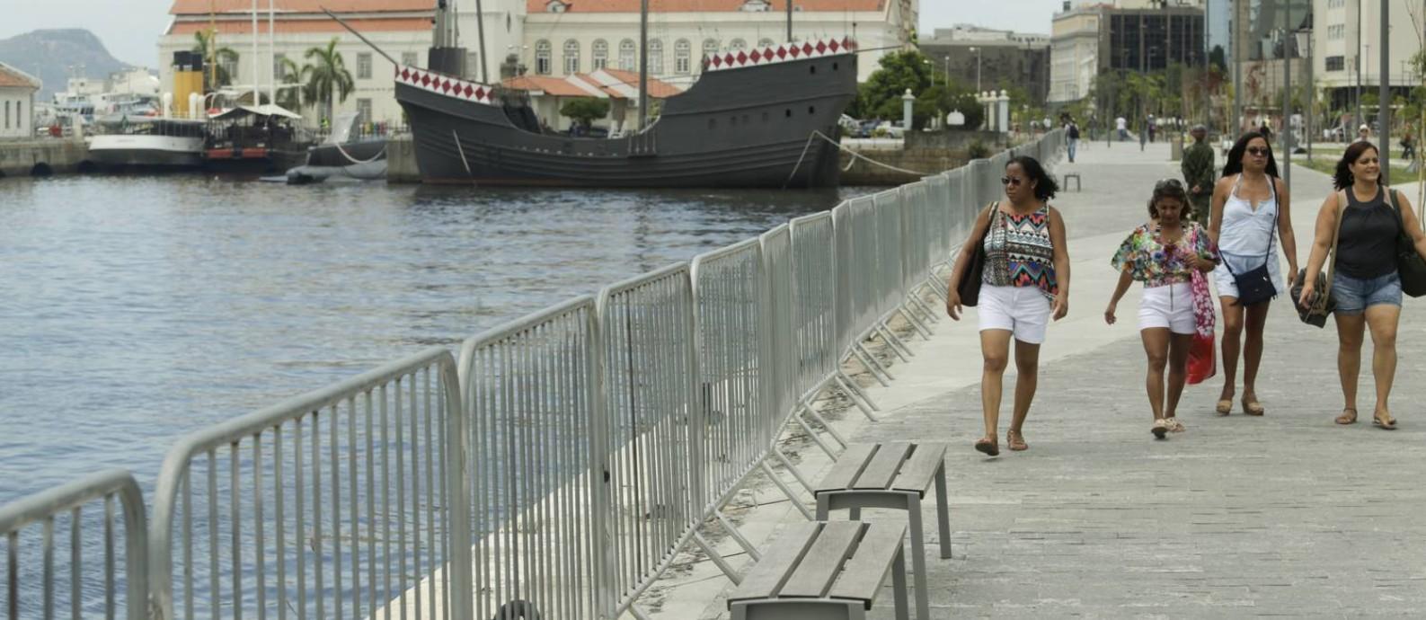 Marinha instalou grades na Orla Conde Foto: Gabriel de Paiva / Agência O Globo