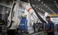 Linha de produção da indústria, na Embraer. Foto Marcos Alves / Agência O Globo