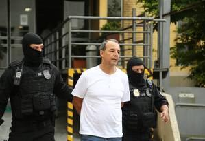 O ex-governador Sérgio Cabral acompanhado por agentes da Polícia Federal Foto: Geraldo Bubniak / Agência O Globo