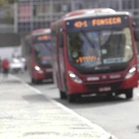 Passageira faz sinal para ônibus do consórcio Transnit: empresários afirmam que prefeitura deixou de pagar quase R$ 50 milhões em gratuidades no transporte público Foto: Pablo Jacob / Agência O Globo