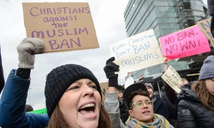 Manifestantes protestam diante do aeroporto John F. Kennedy, em Nova York Foto: STEPHANIE KEITH / AFP
