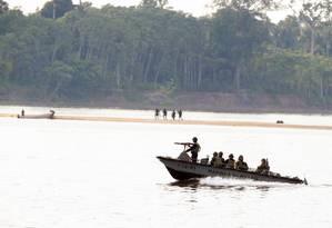Barco da Marinha em patrulha no rio: na região amazônica transporte fluvial é a regra, com intensa movimentação de embarcações com drogas e armas Foto: Jorge William / Agência O Globo