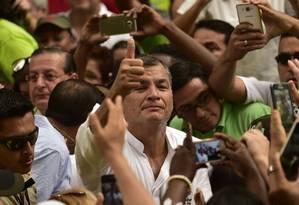 Cabo eleitoral incerto. Correa em meio à multidão em Guayaquil: viagem ao exterior para não prejudicar vice Foto: RODRIGO BUENDIA / AFP/15-1-2017