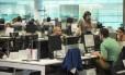 Repórteres do GLOBO e do EXTRA apuram notícias na nova Redação integrada