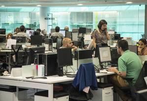 Repórteres do GLOBO e do EXTRA apuram notícias na nova Redação integrada Foto: Ana Branco / Agência O Globo