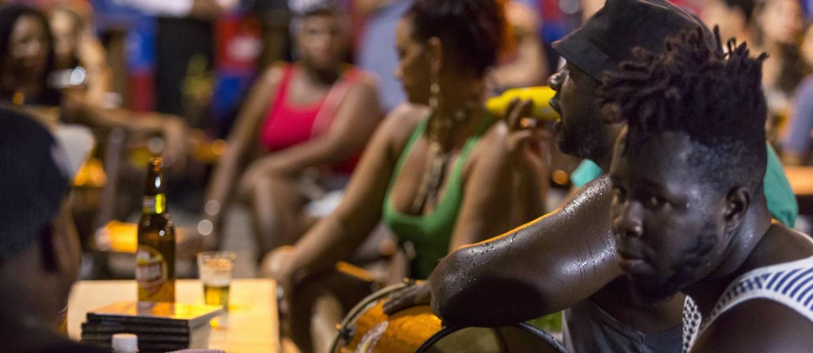 A roda de samba Terças Desamplificadas, no botequim Beco do Rato, na Glória Foto: Leo Martins / Leo Martins