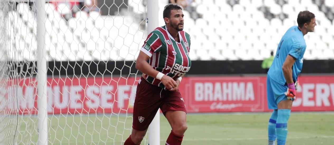 Henrique Dourado comemora o segundo gol do Fluminense sobre o Vasco Foto: Marcelo Theobald / Agência O Globo