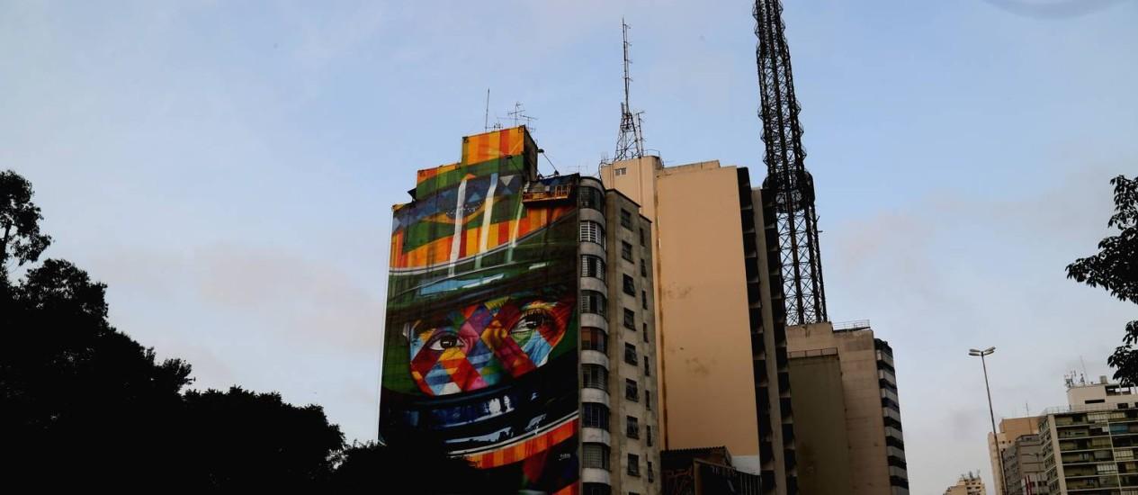 Grafite em homenagem a Ayrton Senna na rua da Consolação, em São Paulo, feito pelo artista Kobra Foto: Fernando Donasci