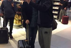Eike Batista é parado para selfies no aeroporto Foto: Henrique Gomes Batista