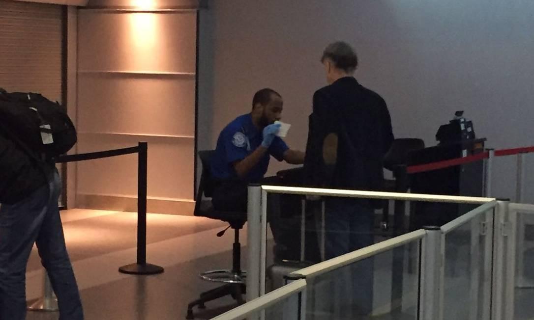 O empresário Eike Batista embarcou na noite deste domingo no aeroporto de Nova York com destino ao Rio de Janeiro Foto: Henrique Gomes Batisa
