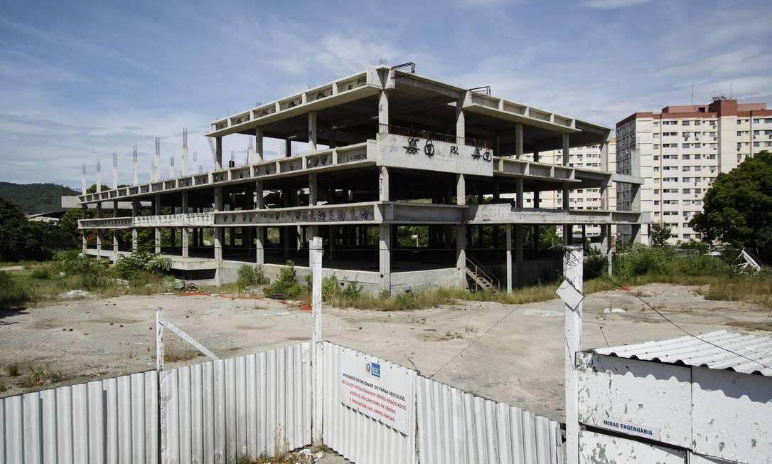 Construção do Hospital da Mãe, em São Gonçalo, que seria a primeira maternidade da cidade, parou no terceiro andar Foto: Fernando Lemos / Agência O Globo