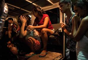 Parentes choram a morte de um homem após uma operação antidrogas em Manila, capital das Filipinas Foto: NOEL CELIS / AFP