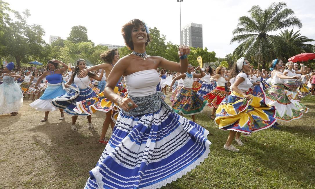 Saias coloridas das integrantes do bloco Olokun enchem o Aterro do Flamengo de beleza e alegria Foto: Fabio Guimarães / Agência O Globo