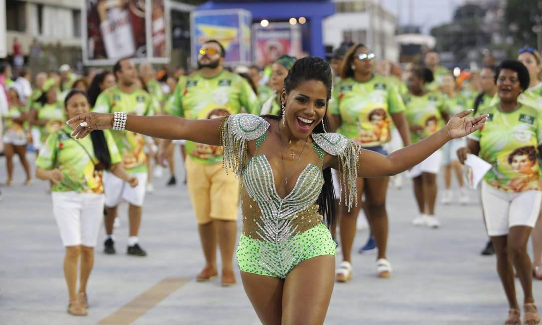 Passista do Império da Tijuca é só sorrisos no ensaio do Sambódromo Foto: Fabio Guimarães / Agência O Globo