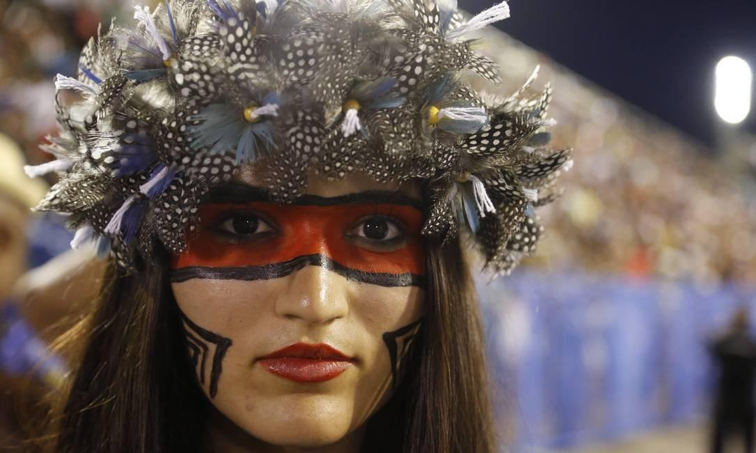 Pintada como a índia Iracema, integrante da Beija-Flor representa o enredo deste ano da escola de Nilópolis no ensaio da Sapucaí Foto: Fabio Guimarães / Agência O Globo