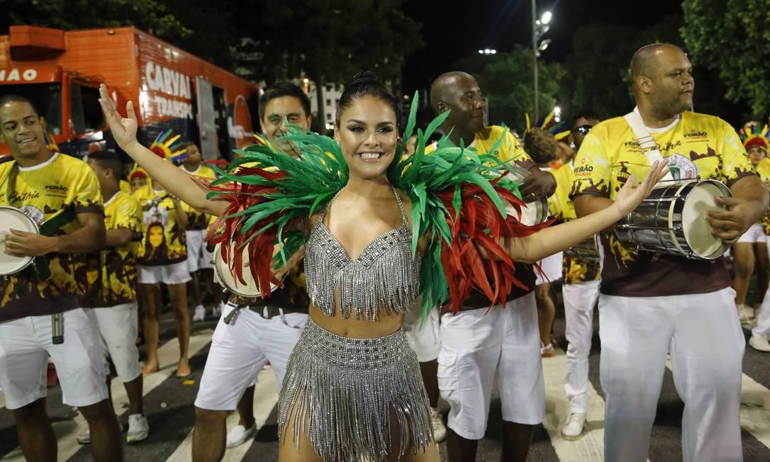 A atriz Paloma Bernardi evolui à frente da bateria da Grande Rio Foto: Fabio Guimarães / Agência O Globo