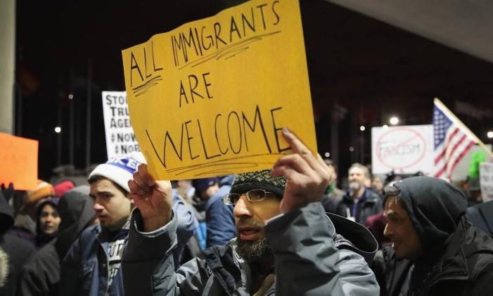 Manifestantes protestam contra decreto anti-imigração do presidente Donald Trump nos EUA Foto: SCOTT OLSON / AFP