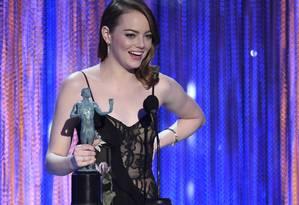 Emma Stone recebe o troféu do SAG de melhor atroz por