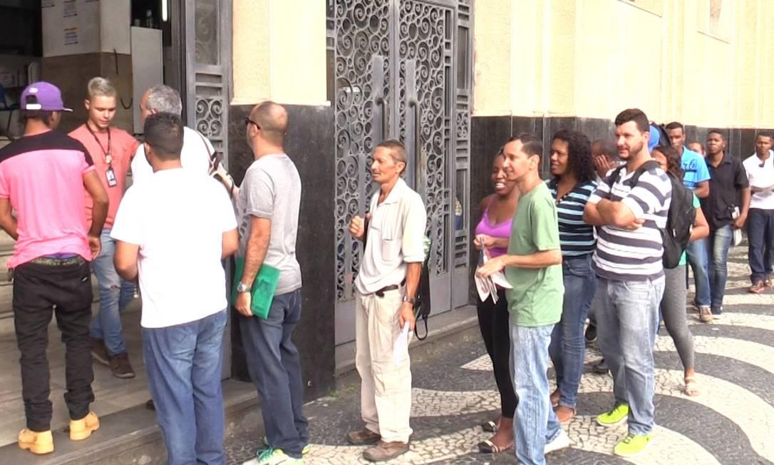 Fila de desempregados no posto da Secretaria Estadual do Trabalho, no Centro do Rio Foto: Reprodução