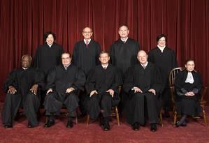 Com o presidente John Roberts ao centro, a Suprema Corte é fotografada em 2010: com normalmente nove membros, a corte ficou desde fevereiro de 2016 sem um dos juristas: o conservador Antonin Scalia (fila de baixo, segundo à esquerda), que sofreu um enfarte fatal Foto: Divulgação