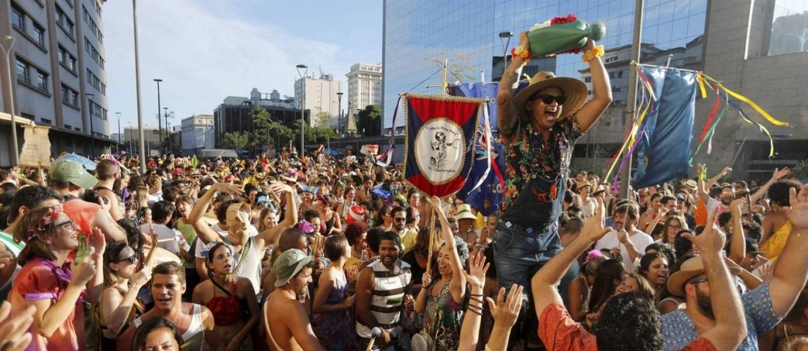 Foliões em desfile de bloco no Rio Foto: / Domingos Peixoto