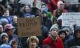 Manifestantes levantam cartazes contra a ordem executiva assinada pelo presidente americano Donald Trump, que proibe a entrada de imigrantes de sete países aos EUA. O protesto aconteceu em frente à prefeitura de Cincinnati.