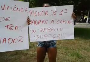 Moradores do Caramujo expõem cartazes em protesto contra a morte de morador da comunidade Foto: Reprodução/vídeo de leitor