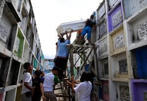 Nas Filipinas, cerca de mil pessoas têm sido mortas todo mês acusadas de usar ou vender drogas. Os cemitérios do país estão lotados Foto: ROMEO RANOCO / REUTERS