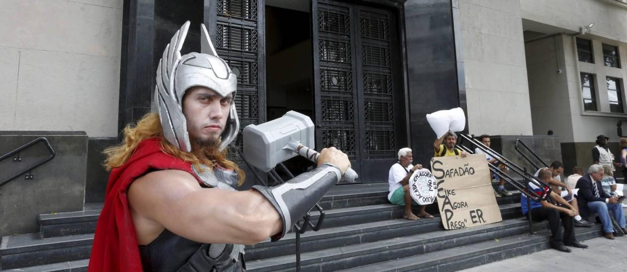 Danilo Andrade, de 28 anos, se fantasiou de Thor para esperar Eike Batista na PF Foto: Domingos Peixoto / Agência O Globo