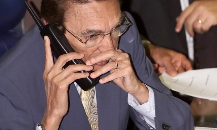 Edson Lobao fala ao telefone do plenário do senado em 2001 Foto: Ailton de Freitas / 20.08.2001
