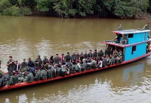 Guerrilheiros das Farc viajam de barco para áreas de transição Foto: HO / AFP