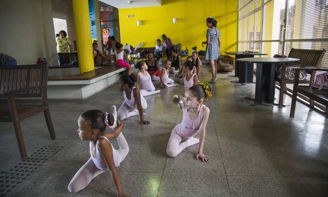 Alunos do Ballet Manguinhos tiveram aula no espaço da recepção da biblioteca Foto: Guito Moreto / Agência O Globo