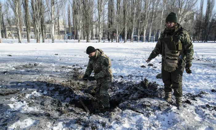 Soldados ucranianos observam destruição em área disputada em Avdiyvka Foto: Inna Varenytsia / AP
