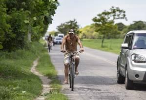 Perigo. Márcio Martins trafega por espaço sem acostamento Foto: Ana Branco / Agência O Globo