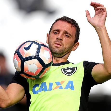 Meia Montillo domina a bola no treino do Botafogo no Engenhão Foto: Vítor Silva/SSPress/Botafogo