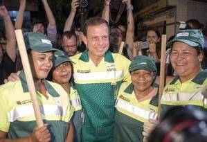 Versão gari. Doria na estreia como prefeito: de uniforme e vassoura na mão Foto: Edilson Dantas/2-1-2017