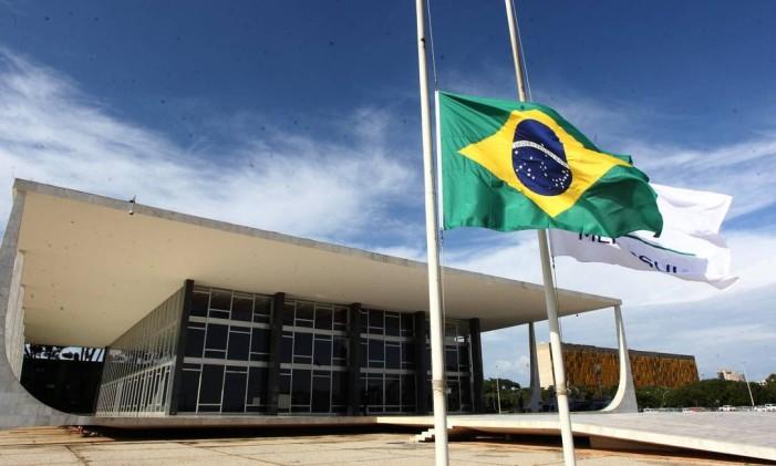 Bandeira nacional em frente ao STF hasteada a meio mastro após morte de Teori Foto: Givaldo Barbosa / Agência O Globo