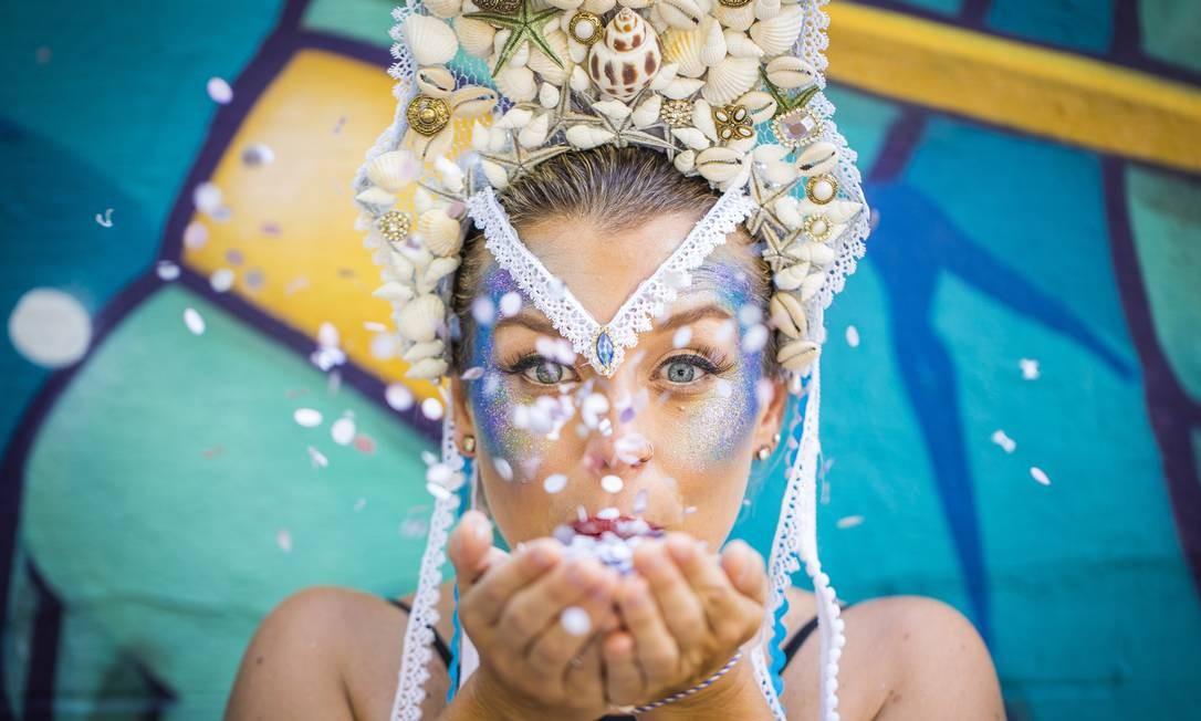 Maquiagens com muita purpurina estarão em alta neste carnaval Foto: Bárbara Lopes / Agência O Globo
