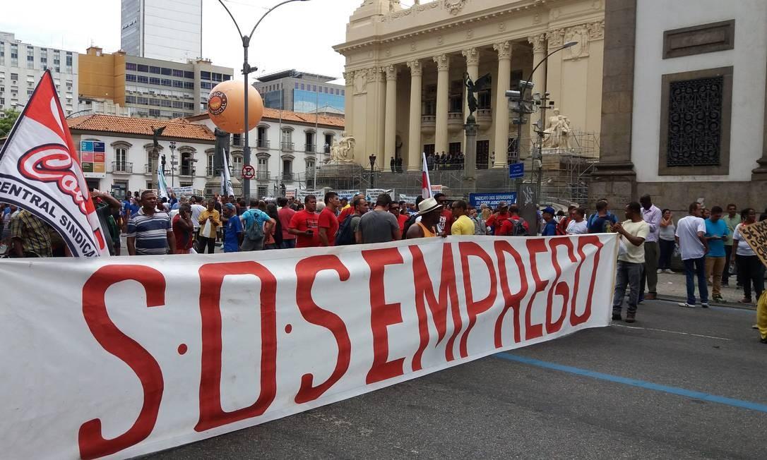Servidores estaduais protestam em frente à Alerj Foto: Custódio Coimbra / Agência O Globo