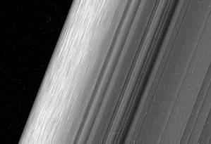 Uma das novas imagens mostra uma região no anel B de Saturno perturbada pela gravidade da lua Mimas a vista de uma distância de cerca de 52 mil quilômetros e resolução de 360 metros por pixel Foto: Nasa/JPL-Caltech/Space Science Institute