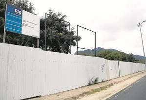 Cercado. O terreno que abrigará a Clínica da Família do Recreio está envolvido por tapumes Foto: Bárbara Lopes / Agência O Globo